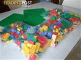 Duplo, 400+ assorted pieces and 2 building plates