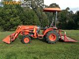Kubota tractor B3300SU 33 HP hardly used ! Save on new price.Near new accessories.