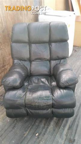 LEATHER RECLINER CHAIR DARK GREEN MORAN SMALL WEAR PATCH ON SEAT